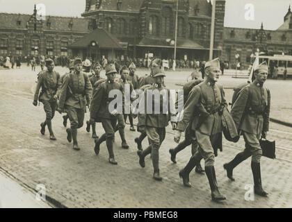 Aankomst van een detachement Nederlandse militairen van het dienstvak der Milita – F40236 – KNBLO. - Stock Photo