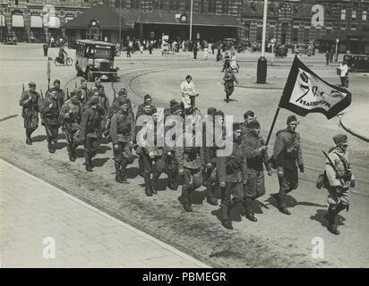 Aankomst van het detachement van 7de regiment Infanterie uit Harderwijk aan het – F40348 – KNBLO. - Stock Photo