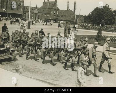 Aankomst van het detachement van het 13de regiment infanterie aan het station op – F40341 – KNBLO. - Stock Photo