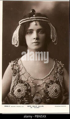 . English: Promotional postcard of dancer Maud Allan as Salome in her production the Vision of Salomé . circa 1907 1006 Maud Allen Salome headshot UK issue - Stock Photo