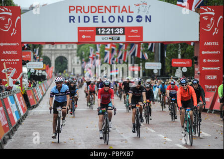 Central London, UK, 29th July 2018. Prudential RideLondon-Surrey 100. Riders race down The Mall at the end of the London - Surrey 100, which sees 26,000 amateur cyclists take on a cycling challenge like no other through London and Surrey on a similar route to that of the London 2012 Olympic road races, as part of the Prudential RideLondon Festival of Cycling weekend. @ David Partridge / Alamy Live News - Stock Photo