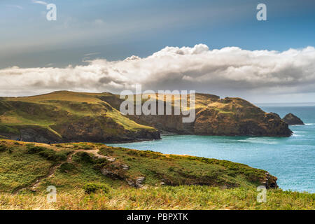 Cornwall, UK, 29 July 2018. UK Weather - Strong winds persist as the torrential rain fades away to leave the North Cornish coast bathed in sunshine as walkers enjoy spectacular views on the coastal path between Tintagel and Boscastle. Credit: Terry Mathews/Alamy Live News - Stock Photo