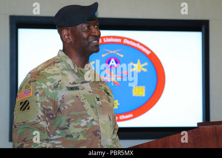 Col. Oscar W. Doward Jr., outgoing commander of the 2503rd Digital Liaison Detachment, U.S. Army Central, shares his remarks during a change-of-command ceremony July 19, 2018, at Patton Hall on Shaw Air Force Base, S.C. (U.S. Army photo by Sgt. Von Marie Donato) - Stock Photo
