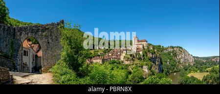 River Lot and Saint-Cirq-Lapopie village on Santiago de Compostela pilgrimage road, labelled as a Les Plus Beaux Villages de France - Stock Photo