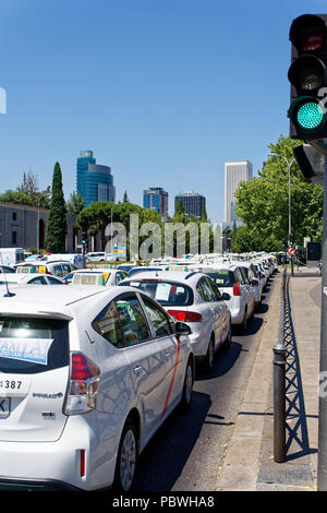Madrid, Spain. 30th July 2018. Paseo de la Castellana, Madrid, Spain - July 30, 2018: Hundreds of taxi drivers claim in Madrid legal changes that protect them against Cabify or Uber platforms in Madrid, Spain. Credit: EnriquePSans/Alamy Live News - Stock Photo