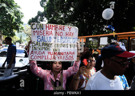 Caracas, Miranda, Venezuela. 30th July, 2018. A protester seen holding a placard during the demonstration.Nurses, doctors and patients protest in front of the World Health Organization offices in Caracas for the lack of medicines and treatment in the hospitals. The government led by President Nicolas Maduro still does not solve the problem in the health sector and does not allow the humanitarian aid of other nations. Credit: Roman Camacho/SOPA Images/ZUMA Wire/Alamy Live News - Stock Photo