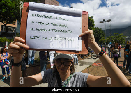 Caracas, Miranda, Venezuela. 30th July, 2018. A health worker seen holding a placard during the demonstration.Nurses, doctors and patients protest in front of the World Health Organization offices in Caracas for the lack of medicines and treatment in the hospitals. The government led by President Nicolas Maduro still does not solve the problem in the health sector and does not allow the humanitarian aid of other nations. Credit: Roman Camacho/SOPA Images/ZUMA Wire/Alamy Live News - Stock Photo