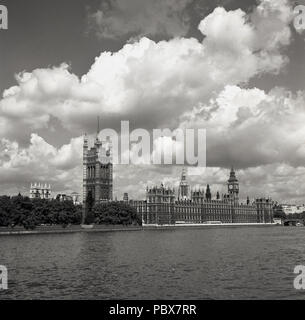 1950s,historical, view from the south across the river Thames of the historic Palace of Westminster, the meeting place of the two houses of parilament of the UK government, London, England, UK. - Stock Photo