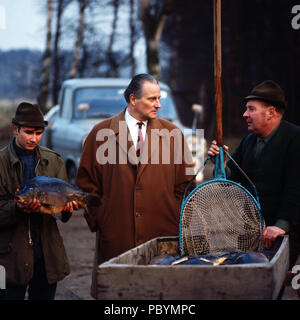 Karl Emanuel, 14. Herzog von Croy mit Mitarbeitern der Fischzucht in Dülmen, Deutschland 1981. Karl Emanuel, 14th duke of Croy with his staff members of the fish breeding at Duelmen, Germany 1981. - Stock Photo