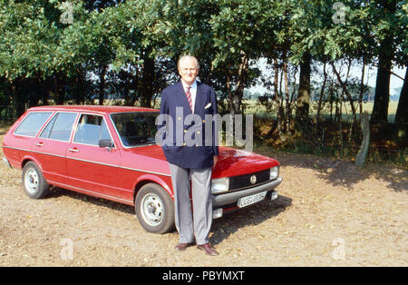 Karl Emanuel, 14. Herzog von Croy vor seinem VW Passat Kombi in Dülmen, Deutschland 1989. Karl Emanuel, 14th duke of Croy with his Volkswagen Passat at Merfeld mansion in Duelmen, Germany 1989. - Stock Photo