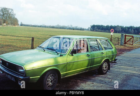Karl Emanuel, 14. Herzog von Croy in seinem VW Passat Kombi in Dülmen, Deutschland 1981. Karl Emanuel, 14th duke of Croy with his Volkswagen Passat at Duelmen, Germany 1981. - Stock Photo