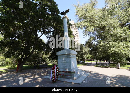 Moscow, Russia. 01st Aug, 2018. MOSCOW, RUSSIA - AUGUST 1, 2018: A ceremony to lay flowers at a monument to victims of World War I and the grave of Grand Duke Nikolai Romanov the Younger, who at that time was Commander-in-Chief of the Russian Army, at the Memorial Park Complex of World War I Heroes, as part of the events marking an anniversary of the outbreak of WWI. Sergei Savostyanov/TASS Credit: ITAR-TASS News Agency/Alamy Live News - Stock Photo