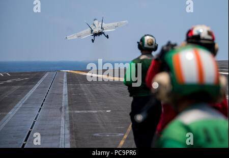 180723-N-VQ841-0219PACIFIC OCEAN (July 23, 2018) An F/A-18E Super Hornet assigned to the 'Kestrels' of Strike Fighter Squadron (VFA) 137 takes off from the flight deck of the Nimitz-class aircraft carrier USS Carl Vinson (CVN 70), July 23, 2018. (U.S. Navy photo by Mass Communication Specialist Seaman Ethan J. Soto/Released) Image courtesy Seaman Apprentice Ethan Soto/U.S. Navy. () - Stock Photo