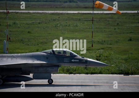 A Romanian air force pilot prepares to take off in an F-16 Fighting Falcon on Borcea Air Base, Romania, July 26, 2018. The Romanian air force obtained the F-16s in 2016. U.S. Air Force maintenance personnel visited Borcea to provide visual aid and share aircraft maintenance processes with the Romanians as part of a three-week engagement. (U.S. Air Force photo by Senior Airman Devin Boyer) - Stock Photo