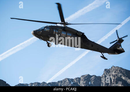 An Alaska Air National Guard UH-60 Black Hawk transports U.S. Marines with Delta Company, Law Enforcement Battalion from Marine Corps Reserve Center, Billings, Montana, to casualty evacuation training at Joint Base Elmendorf-Richardson, Alaska, July 19, 2018. Training included land navigation, calls for fire, squad ambushes, reconnaissance patrols, an casualty aid and evacuation. (U.S. Air Force photo by Airman 1st Class Caitlin Russell) - Stock Photo