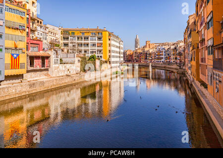Medieval houses on the banks of the River Onyar, and the Pont de Sant Agusti,  Girona, Catalonia, Spain. - Stock Photo