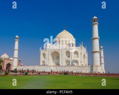 Tourists visiting the Taj Mahal, the ivory-white marble mausoleum in the city of Agra, Uttar Pradesh, India. - Stock Photo