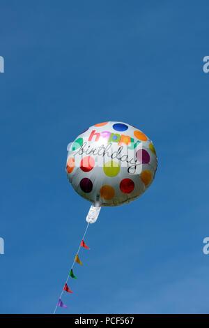bunter Luftballon, Happy Birthday, Geburtstag, Geburtstagsballon - Stock Photo
