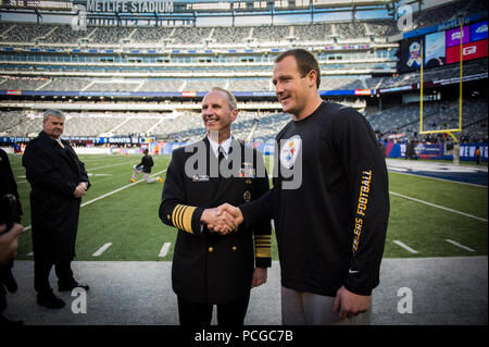 RUTHERFORD, N.J. (Nov. 4, 2012) Chief of Naval Operations (CNO) Adm. Jonathan Greenert meets Pittsburgh Steelers tight end Heath Miller before an NFL military appreciation game at Metlife Stadium where the New York Giants hosted the Steelers. The NFL chose November in conjunction with Veteran's Day to honor the military with their 'Salute to Service' campaign, highlighting service members' contribution to our nation. - Stock Photo
