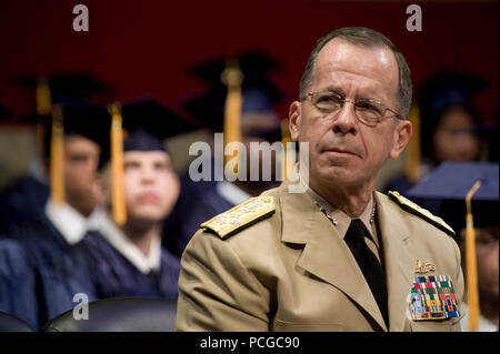 U.S. Navy Adm. Mike Mullen, chairman of the Joint Chiefs of Staff, addresses graduates of the New Jersey National Guard Youth Challenge Academy at their graduation in Trenton, N.J., August 29, 2009. The program identifies New Jersey youth who have dropped out of high school and using military style training aim to enhance the life skills and employment potential ( - Stock Photo
