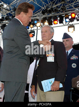 San Diego, Calif. (May 29, 2005) - California Gov. Arnold Schwarzenegger awards a 'Rupture Duck' to Army Air Corps Veteran Harry Kaplan at a WWII 60th anniversary ceremony. The 'Rupture Duck' was given to service members honorably discharged from the service during WWII. The ceremony was organized by the Department of Defense World War II 60th Anniversary Commemoration Committee to pay tribute and recognize World War II veterans for their outstanding service and sacrifice during the Memorial Day weekend. U.S. Navy