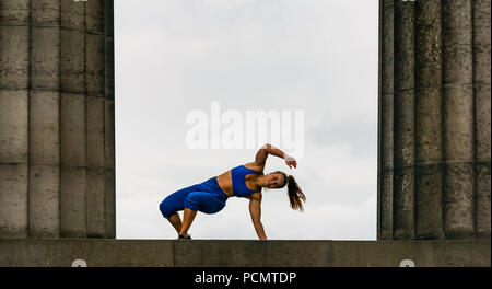 Edinburgh Fringe Festival, Edinburgh, UK. 3rd August 2018. Calton Hill, Edinburgh, Scotland United Kingdom: Photocall for Barely Methodical Troupe (BMT), an experimental acrobatic circus. Their 2018 fringe show is called SHIFT. A female performer on the National monument of Scotland - Stock Photo