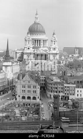 St Paul's Cathedral, City of London, 1950s. An elevated view of the City of London looking towards St Paul's Cathedral. The empty building plots being used as car parks in the foreground are bomb sites which had still not been developed when the photograph was taken. - Stock Photo