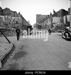 Wartime bomb damage, Long Acre, Nechells, Birmingham, West Midlands, World War II, 29 July 1942. The bomb crater in the road broke through to the river below. - Stock Photo
