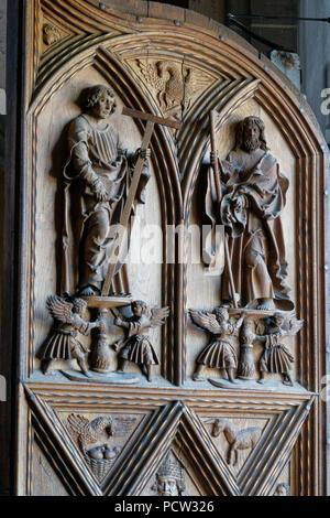 Germany, Bavaria, Upper Bavaria, Altötting, chapel place, collegiate parish church St Philipp and Jakob, front door, detail, wooden figures - Stock Photo