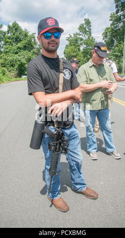 Fairfax, VA August 4 2018, USA: A pro gun supporters carries his unarrmed assualt style gun as demonstrators on both sides of the gun control issue rally at the National headquarters of the National Rifle Association (NRA) in Fairfax, VA. Dubbed 'The March on the NRA' protestors line the streets in fron the of headquarters. DC. Patsy Lynch/MediaPunch Credit: MediaPunch Inc/Alamy Live News - Stock Photo