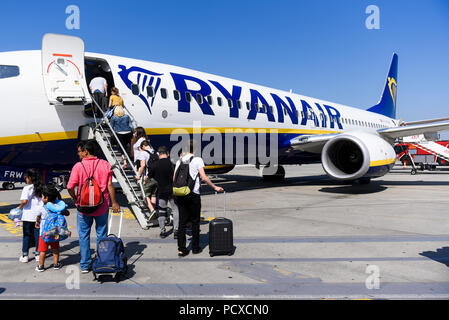 Krakow, Poland. 4th Aug, 2018. Passengers board Ryanair aircraft Boeing 737-800 at Krakow John Paul II International Airport. Credit: Omar Marques/SOPA Images/ZUMA Wire/Alamy Live News - Stock Photo