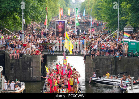 Amsterdam, Netherlands. August 4, 2018, Hundreds of thousands of visitors lined the canals for the annual Canal Pride. Credit: Wiskerke/Alamy Live News - Stock Photo