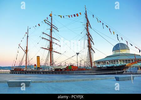 RRS Discovery polar exploration ship at Discovery Point, Dundee, Scotland - Stock Photo