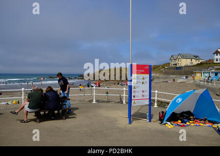 Bude, Cornwall, UK. UK Weather. Holiday makers enjoy the hot weather at Crooklets beach in Bude, UK - Stock Photo