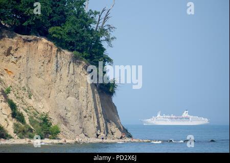 MS Astor cruise ship and cliff in Gdynia Orlowo, Poland. August 1st 2018 © Wojciech Strozyk / Alamy Stock Photo - Stock Photo