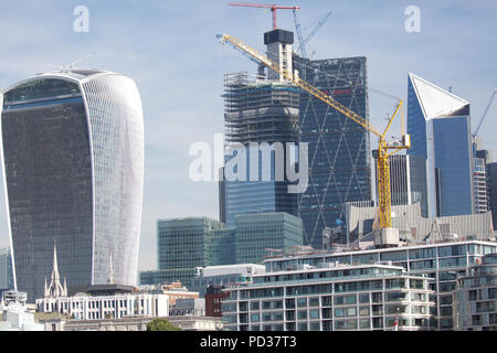 London,UK,6th August 2018,Blue skies over the London Skyline. The weather forecast is to remain hot and sunny until Wednesday when it will become cooler which will be a welcome relief for some people.Credit Keith Larby/Alamy Live News - Stock Photo