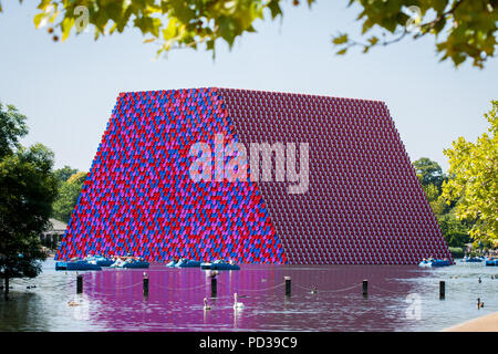 London, UK. 6th August, 2018. Christo's The London Mastaba floats on the Serpentine Lake in Hyde Park. Credit: Guy Corbishley/Alamy Live News - Stock Photo