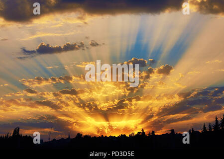 London, UK. 6th August 2018. Seasonal weather: Beautiful sunset after a hot summer day over Kentish Town in London, England Credit: Paul Brown/Alamy Live News - Stock Photo