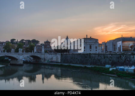Città del Vaticano al tramonto, Roma, ponte Sant'Angelo / Vatican City sunset, Rome, Saint Angel's Bridge - Stock Photo
