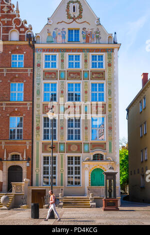 View of a typical tall house lining the Royal Way in the Old Town quarter of Gdansk, Pomerania, Poland. - Stock Photo