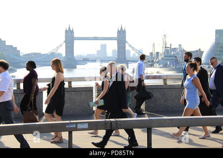 London Bridge, London, UK. 7th August 2018. UK Weather: On a another day expected to be 33C, office workers walk to work into the city of London across London Bridge. Credit: PETER GRANT/Alamy Live News. - Stock Photo
