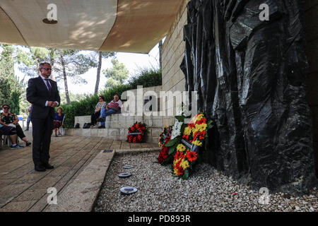 Jerusalem, Israel. 7th August, 2018. Polish Ambassador to Israel, MAREK MAGIEROWSKI, places a flower wreath at the foot of 'Korczak And The Ghetto's Children' by Boris Saktsier in a memorial ceremony marking 76 years since the death of Janusz Korczak. Korczak, born Henryk Goldszmit in 1878, a Polish Jewish educator and pediatrician, director of an orphanage in Warsaw, refused personal freedom and escorted his 200 orphans, forced to the Treblinka death camp, where they were all exterminated in 1942. Credit: Nir Alon/Alamy Live News - Stock Photo