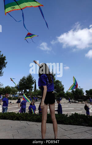 Jerusalem, Israel. 7th August, 2018. Youth of the Hamachanot Haolim movement fly kites, in the spirit of Janusz Korczak's unique educational worldview, symbolizing life, childhood and tolerance, following a memorial ceremony marking 76 years since the death of Janusz Korczak. Korczak, born Henryk Goldszmit in 1878, a Polish Jewish educator and pediatrician, director of an orphanage in Warsaw, refused personal freedom and escorted his 200 orphans, forced to the Treblinka death camp, where they were exterminated in 1942. Credit: Nir Alon/Alamy Live News - Stock Photo