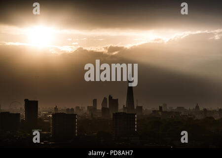 London, UK. 7th August, 2018. UK Weather: Dramatic evening sun rays over the city landscape including The Shard Skyscraper. Credit: Guy Corbishley/Alamy Live News - Stock Photo