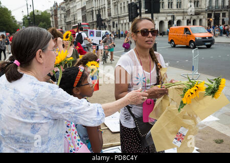 London, UK. 7th August, 2018. Members of the Colombian community prepare to lay floral tributes during a 7th August International Mobilisation for Life and Peace in Parliament Square in memory of over 300 social leaders and human rights defenders killed in Colombia. Credit: Mark Kerrison/Alamy Live News - Stock Photo