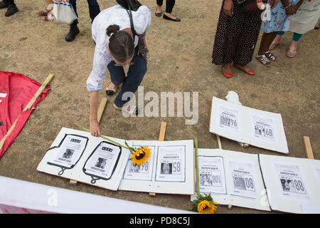 London, UK. 7th August, 2018. Members of the Colombian community lay floral tributes during a 7th August International Mobilisation for Life and Peace in Parliament Square in memory of over 300 social leaders and human rights defenders killed in Colombia. Credit: Mark Kerrison/Alamy Live News - Stock Photo