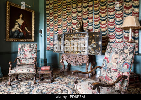 17th century needlework chairs with fabric wall hanging - Stock Photo