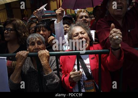 Mexico City, Mexico. 8th August, 2018. Sympathizers of Mexican President-elect Andres Manuel Lopez Obrador greet him as he arrives at the Electoral Court of the Federation's Judicial Power, in Mexico City, Mexico, 08 August 2018. The Court validated the Mexican election and Obrador's victory. EFE/Mario Guzman Credit: EFE News Agency/Alamy Live News - Stock Photo