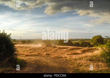 Underwood, Nottinghamshire, UK: 08th August 2018: After weeks of clear blue skies dramatic storm clouds across over the harvested fields of the  Nottinghamshire countryside. Credit: Ian Francis/Alamy Live News - Stock Photo