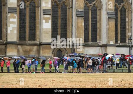 London 9th August 2018:  Visitors queue at Westminster Abbey in heavy rain . Credit: Claire Doherty/Alamy Live News - Stock Photo